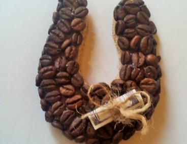 Подкова из зерен кофе